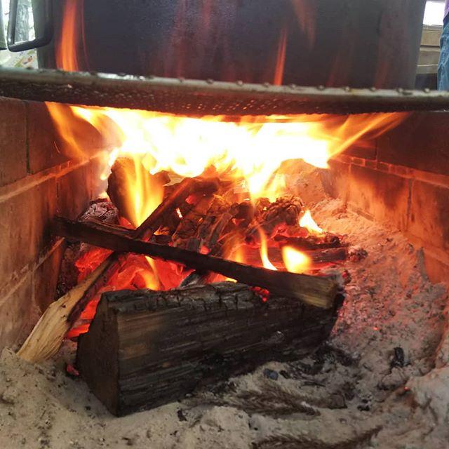 木育×食育 キッズファーマープロジェクト(全6回)の初回が本日開催されました!開催地は那賀町相生地区の「あいあいらんど」みんなが1番楽しんでいたのはお味噌汁づくり薪を割り、火をおこし、水をはこび、出汁をとり、味噌をとく多めにつくったのに美味し過ぎておかわりがとまらず、あっという間になくなっちゃいましたその他行った森の探検、音探し、木になる体操、森の勉強会なども楽しんで頂けたようです!山のことを深く考えてくれたようで、ウッドアクションメンバーも感激です#あいあいらんど #食育 #木育 #キッズファーマー #woodaction #味噌汁 #薪