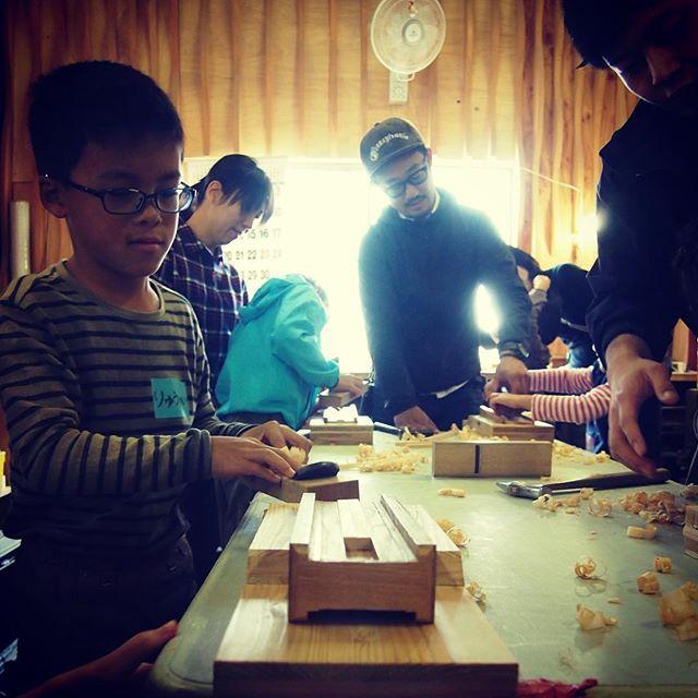 「木育 × 食育」Wood Action Tokushima ×キッズファーマープロジェクト今日は一級優秀技能士の資格を持つ職人さん指導のもと、神山町産ひのきのお箸作りを行いました!次回は12月30日 とくしまマルシェで子供たちがお箸の販売をします🥢#木育 #ウッドアクション #woodactiontokushima #お箸づくり #handmade #木工 #職人 #食育 #sdgs